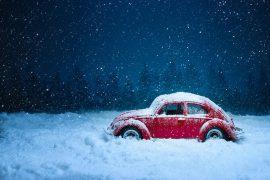 Voiture coincée sur route enneigée
